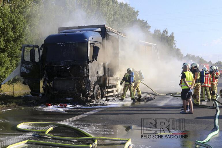 Vrachtwagen geladen met stro vat vuur en brandt volledig uit op E17 ter hoogte van Waregem