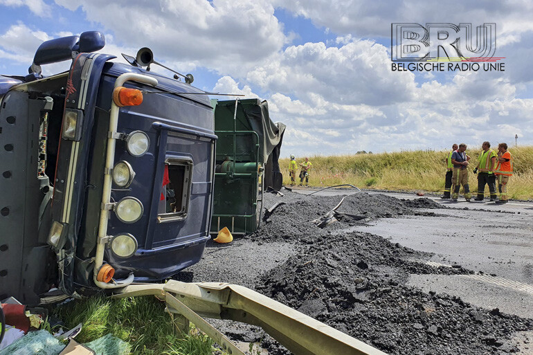 Vrachtwagen met asfalt kantelt op A19 te Ieper