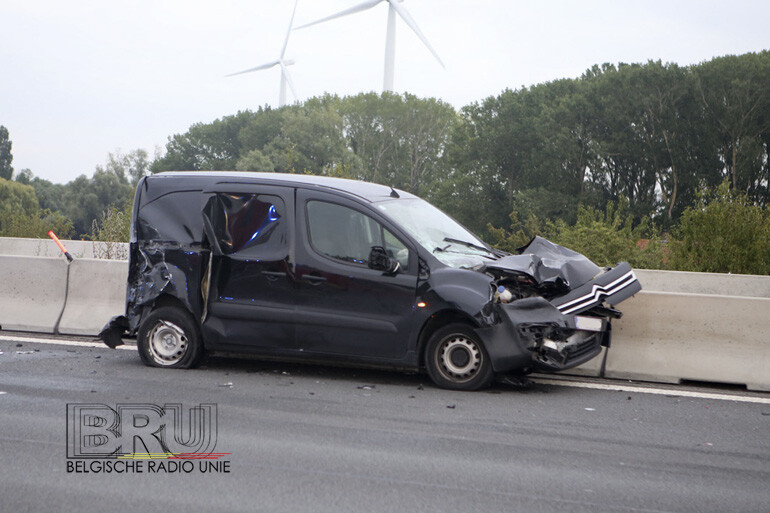 bestuurder lichtgewond bij zware botsing op E17 ter hoogte van Harelbeke