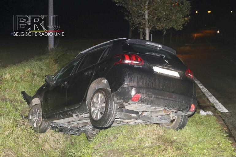 Wagen gaat van weg af en belandt in gracht, bestuurster gewond