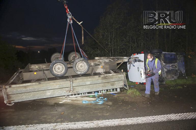 Bestelwagen en aanhangwagen gekanteld, bestuurder ongedeerd