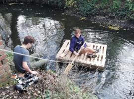 Twee Kuurnse jongeren bouwen vlot tijdens extra week herfstverlof