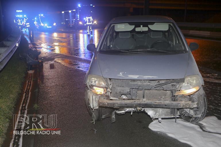 Wagen belandt tegen vangrails op de R8, bestuurster ongedeerd