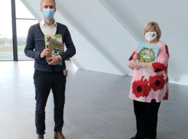 Pelckmans uitgevers schenkt boekenpakketten aan ziekenhuizen AZ Groeninge in Kortrijk en AZ Delta in Roeselare