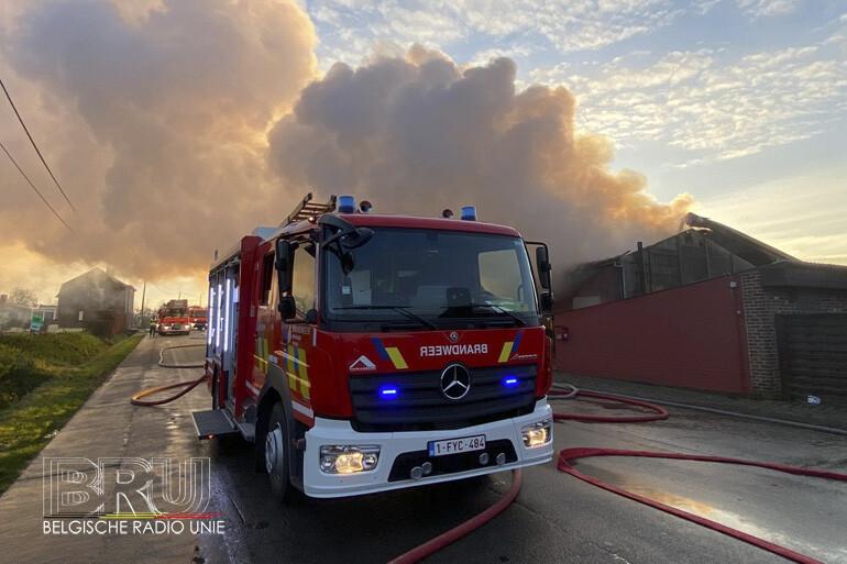 Uitslaande brand legt loods in de as in Poperinge
