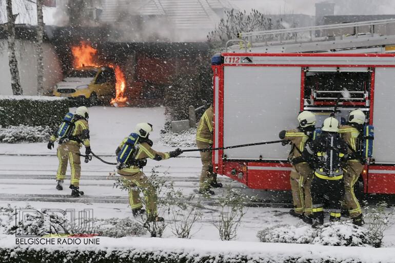 Wagen volledig uitgebrand onder carport in Bavikhove, oorzaak onduidelijk