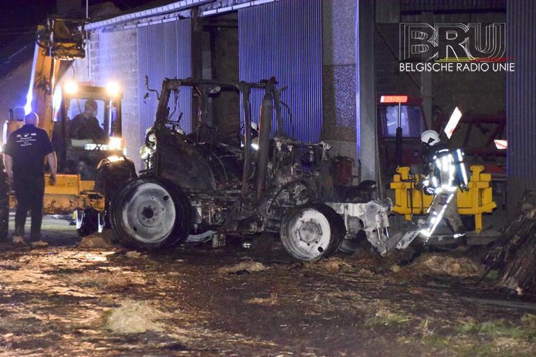 Brand in loods met stro en landbouwvoertuigen