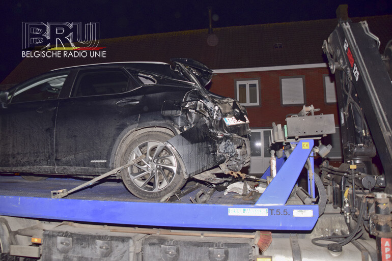 Wagen tegen gevel woning gekatapulteerd na aanrijding door vrachtwagen