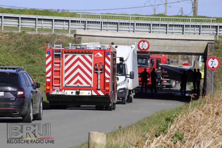 Bestelwagen hapert aan tunnelwand in Wevelgem en verliest dak en deuren van laadruimte