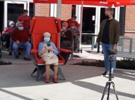 Koeriers van geluk van radiozender Joe fm laten wens van Kuurnse Gisèle in vervulling gaan