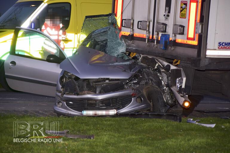 Twee gewonden na harde klap tegen geparkeerde oplegger