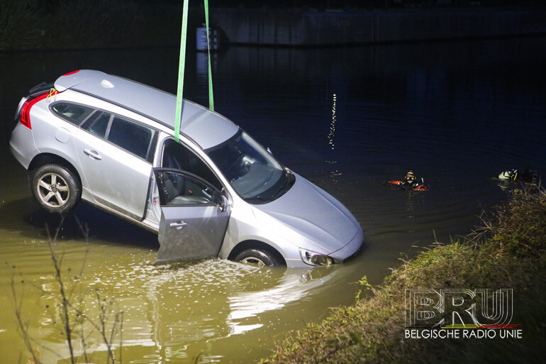 Wagen belandt in kanaal Kortrijk-Bossuit, bestuurder klautert zelf uit wagen