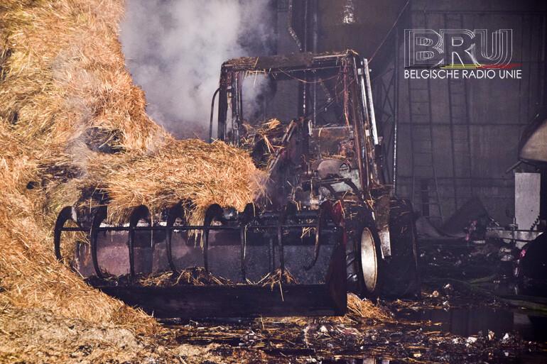 Loods met stro en landbouwvoertuigen uitgebrand in Lo-Reninge