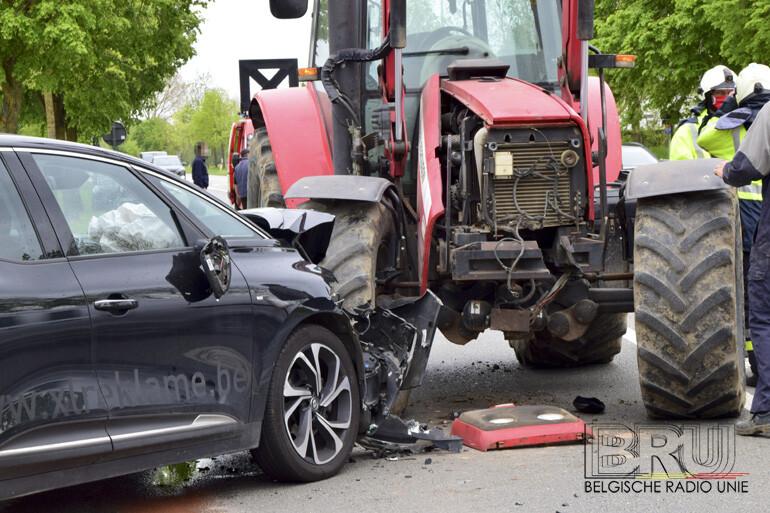 frontale botsing tussen personenwagen en landbouwtractor