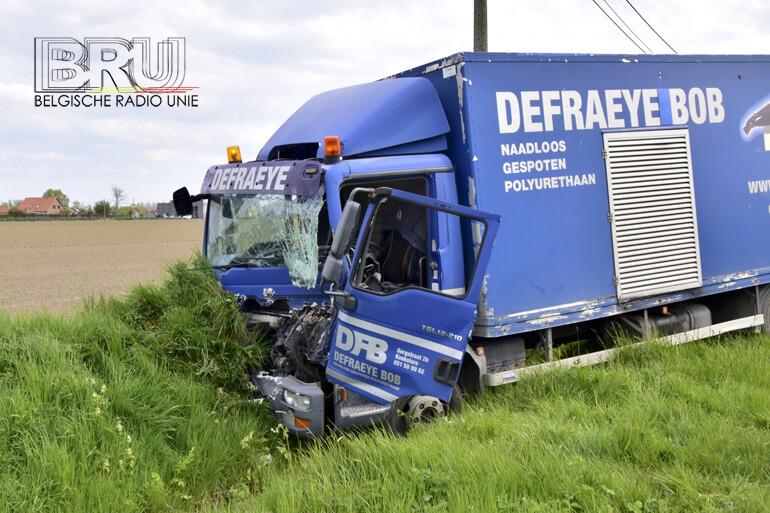Lichte vrachtwagen botst achteraan op tractor met oplegger