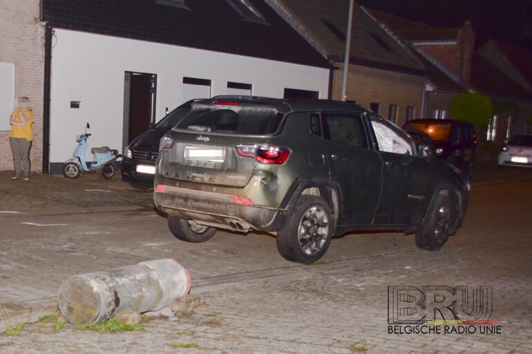 Auto belandt op dak na botsing tegen betonpaaltje