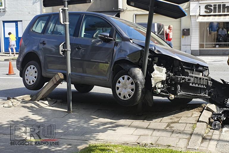 Bestuurder uit Diksmuide probeert de draaien op openbare weg en ramt paaltje en verkeersbord