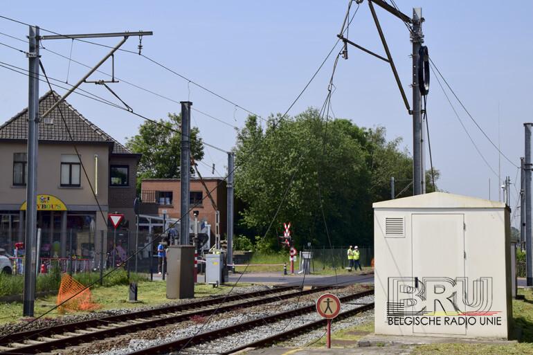 Kraanarm vuilniswagen vernielt bovenleiding aan spooroverweg in Kortemark
