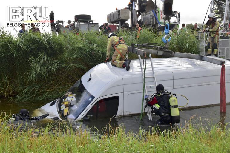 Bestelwagen belandt in diepe sloot na uitwijkmanoeuvre in Diksmuide